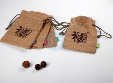 What are the usual materials for the velvet drawstring pouch?